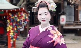 Geisha giapponese negli abiti della tradizione