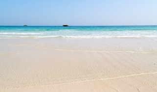 Vista di una spiaggia dell'Oman bagnata da un mare limpidissimo
