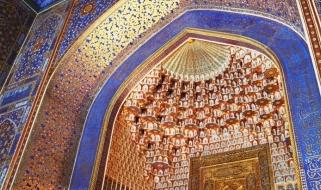 Lo spettacolo dei colori dell'ingresso della Madrasa e Moschea Tilla Kari