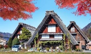 Le tipiche case dal tetto spiovente del villaggio di Shirakawa-go
