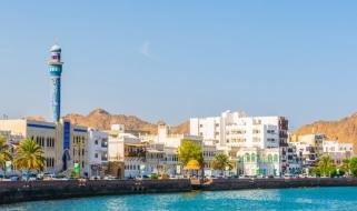 Viaggio in Oman: vista della capitale Muscat dal mare