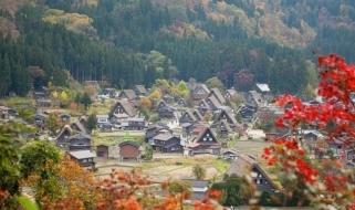 Il villaggio di Shirakawa-go durante la stagione autunnale