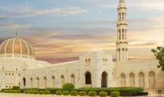 Vacanze in Oman: vista spettacolare della Grande Moschea del Sultano Qaboos al tramonto