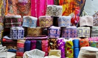 Le stoffe colorate del Souq di Mutrah nella capitale Muscat