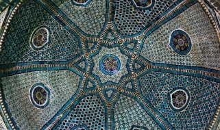Il mirabolante mosaico che riveste l'interno della cupola del Mausoleo Shodimulk Oko
