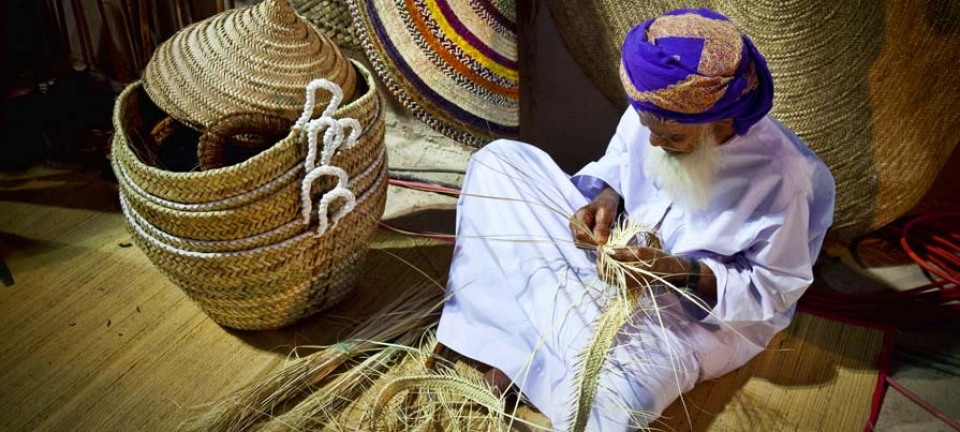 Abitante dell'Oman con abiti tradizionali
