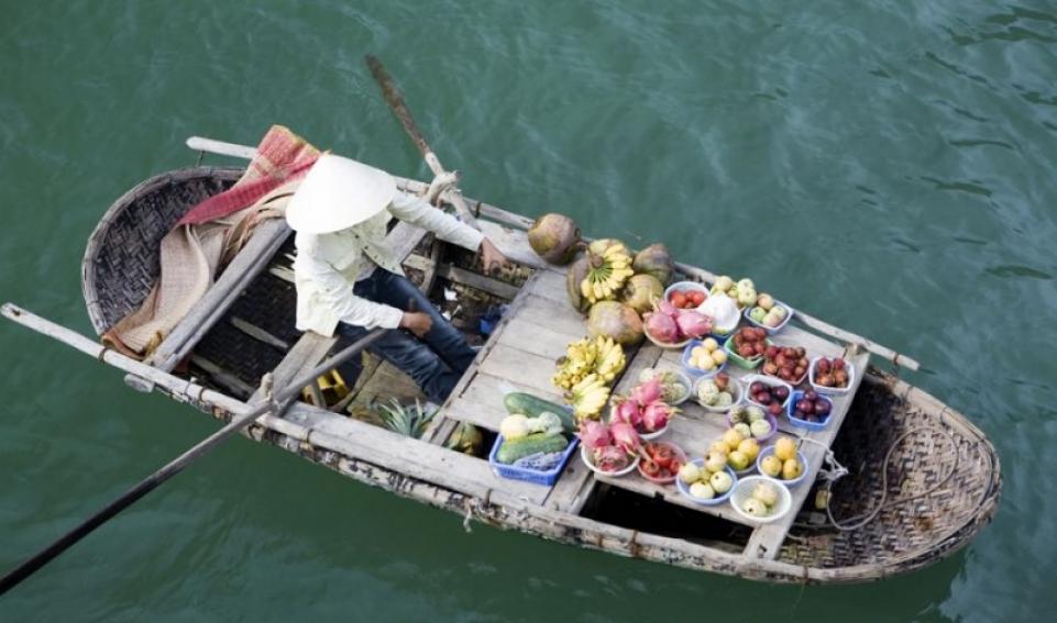 Cosa comprare in Vietnam - Imbarcazione vietnamita carica di prodotti alimentari