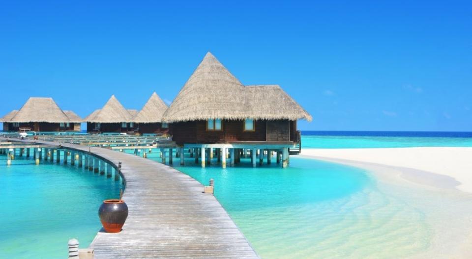Maldive viaggio di lusso - Resort esclusivo con bungalow sospesi su acque cristalline