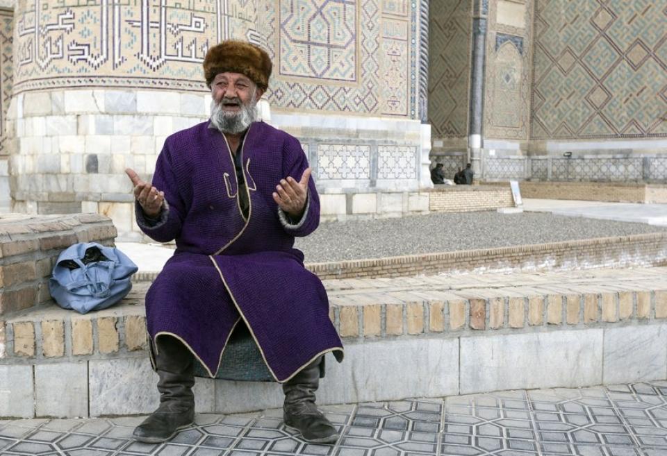 Uomo in abiti tradizionali dell'Uzbekistan