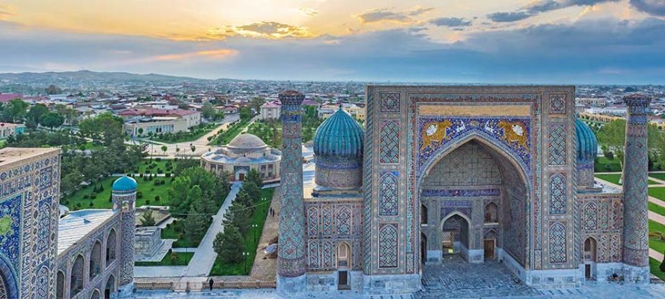 Tour Uzbekistan - Facciata della madrasa Sher-Dor in Piazza Registan a Samarcanda