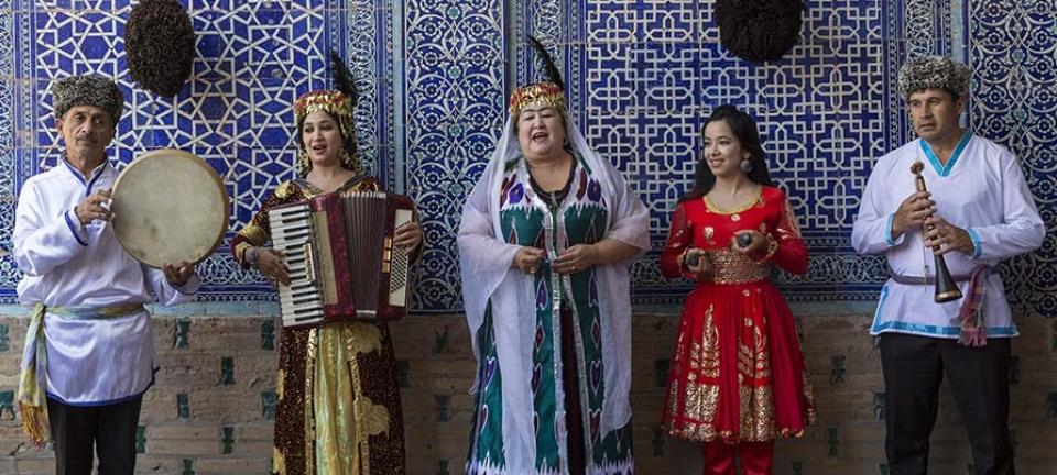 Donne dell'Uzbekistan in costume tradizionale