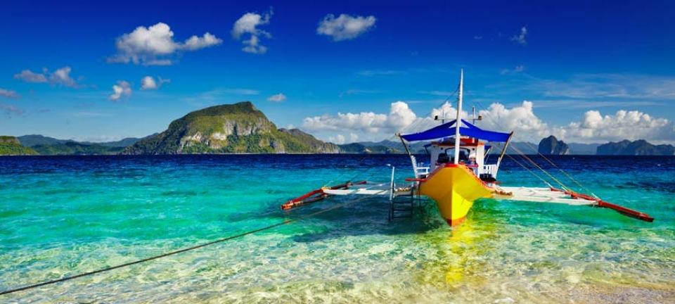 Tour Filippine - Imbarcazione tipica attraccata sulla spiaggia