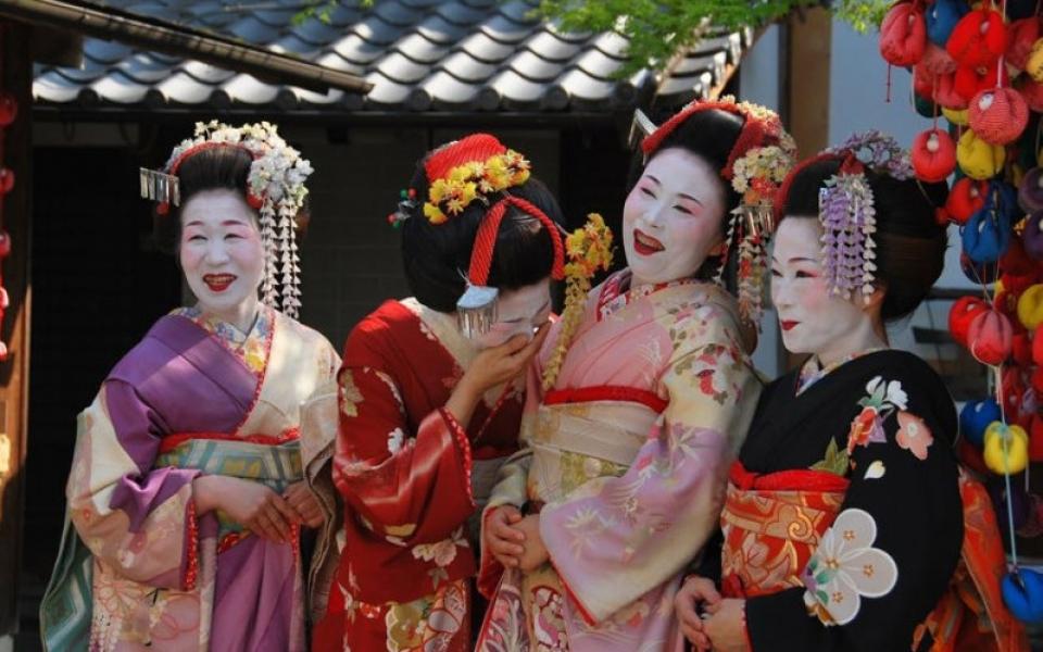 Quanti giorni servono per visitare il Giappone? Nella foto: trucco e abbigliamento tradizionale delle geishe